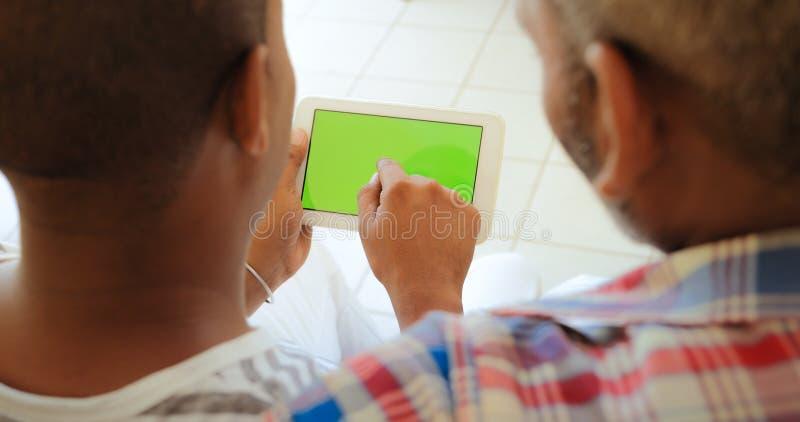 Zielony Parawanowy pastylka monitor Z Homoseksualnymi mężczyzna Używa internet fotografia royalty free
