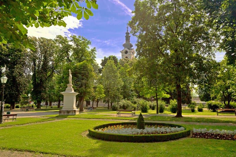 Zielony park i kościół w Bjelovar fotografia royalty free