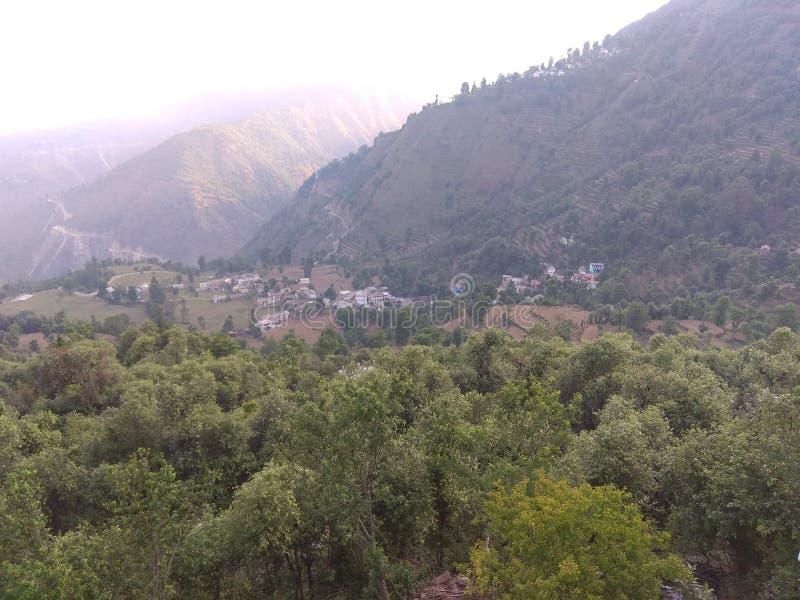 Zielony pole, małe wioski i wioska zaludniamy zdjęcia royalty free