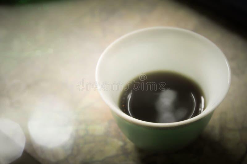 Zielony porcelana kubek z Arabską mokką zdjęcie stock