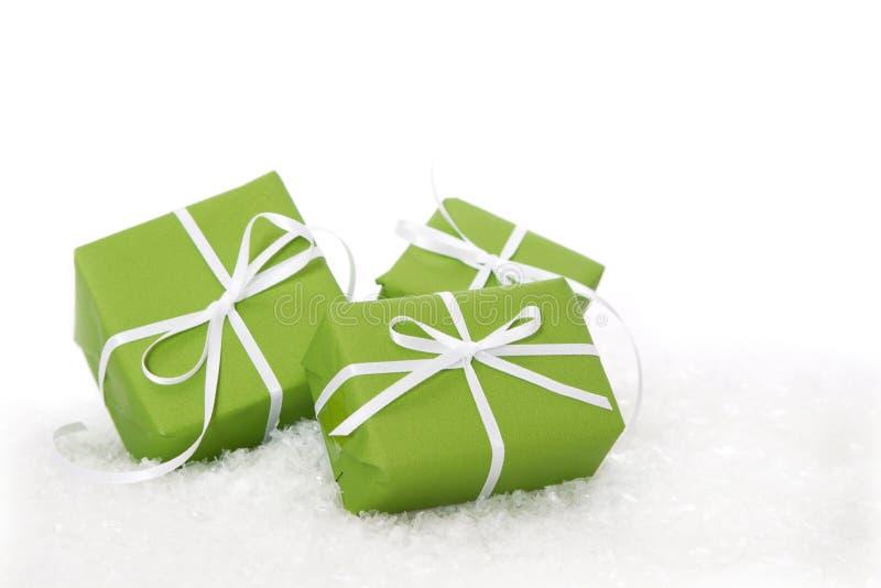 Zielony prezenta pudełko wiążący z białym faborkiem - przedstawia odosobnionego dla chr obraz stock