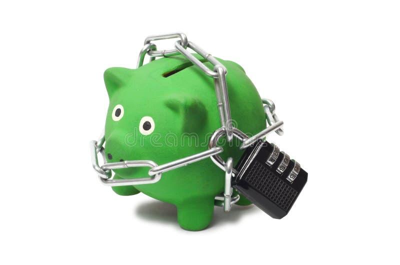 Zielony prosiątko bank w łańcuchach zdjęcie royalty free