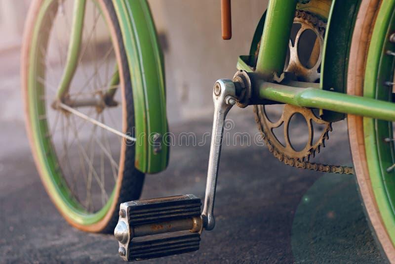 Zielony retro rower, stoi na asfaltowej ulicie zdjęcie stock