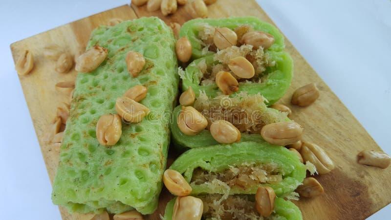 Zielony rolka omlet wypełniający z brązu cukierem, smaki słodcy zdjęcie stock