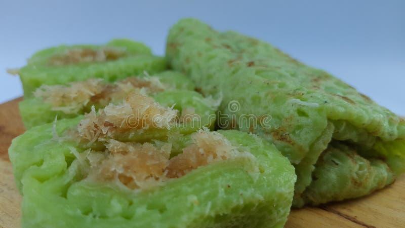 Zielony rolka omlet wypełniający z brązu cukierem, smaki słodcy obrazy royalty free