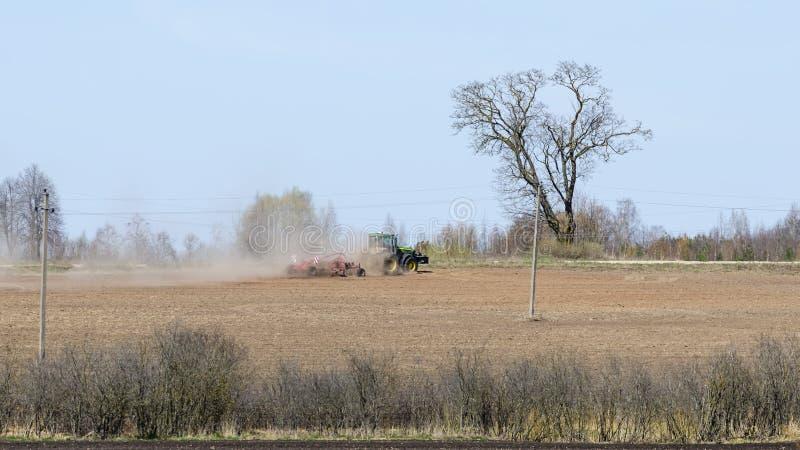 Zielony rolny ciągnik kultywuje pole fotografia royalty free