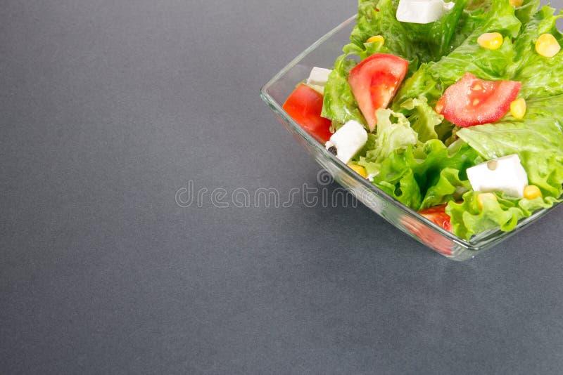 Zielony salat na szarym lub ciemnym tle obrazy royalty free