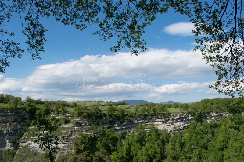 Zielony skalisty krajobraz przy dnia światłem obrazy stock