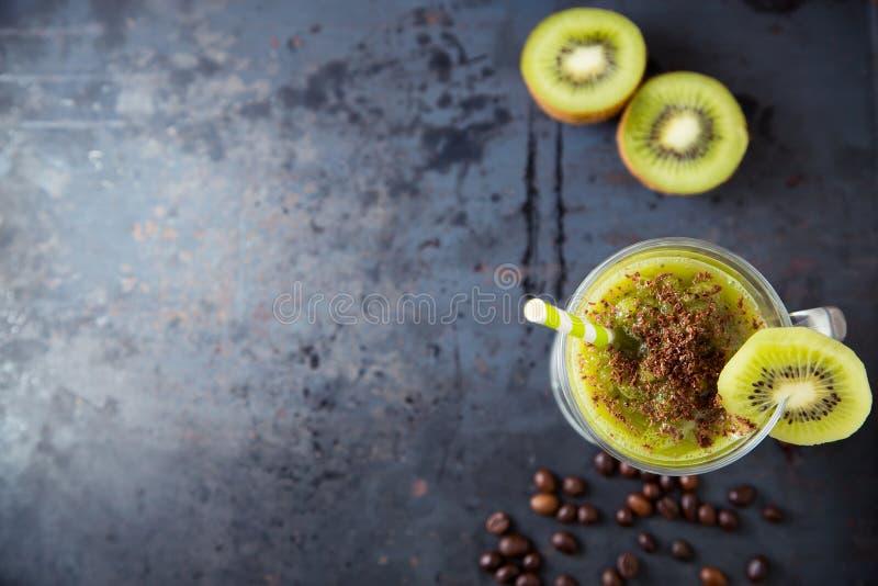 Zielony smoothie kropiący z czekoladą kiwi zdjęcia royalty free