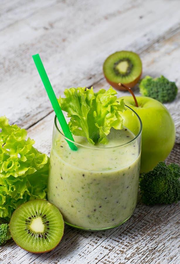 Zielony smoothie z kiwi, jabłkiem, sałatką i brokułami, zdrowy dri obrazy stock