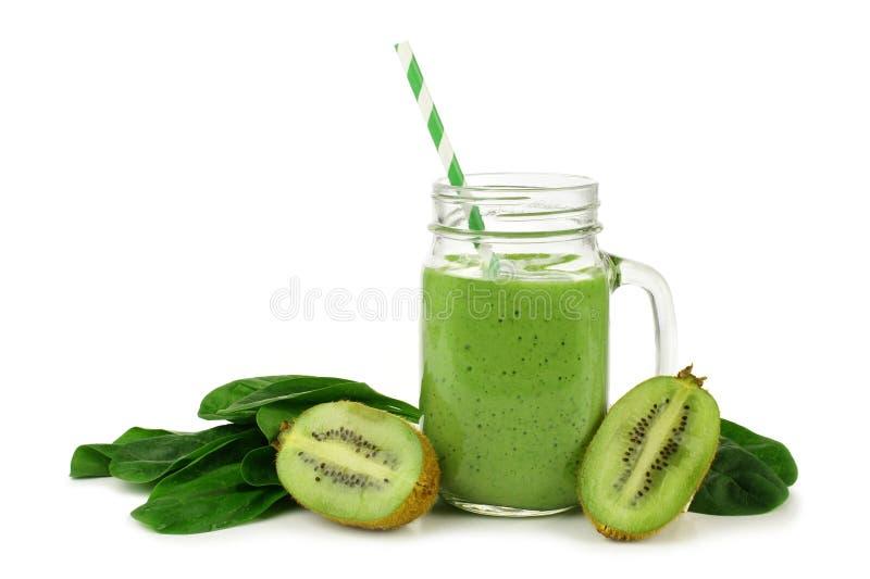 Zielony smoothie z szpinakiem i kiwi odizolowywającymi zdjęcie royalty free