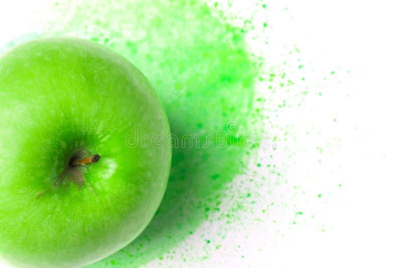 Zielony surowy jabłko na ręka rysującym akwareli tle szartreza kolor bryzga paintbrush uderzenia Kreatywnie karmowy sztuka plakat obrazy royalty free