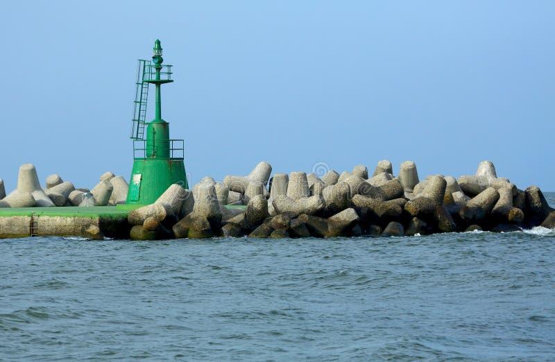 Zielony sygnałowy światło falochron przy usta schronienie zdjęcie royalty free