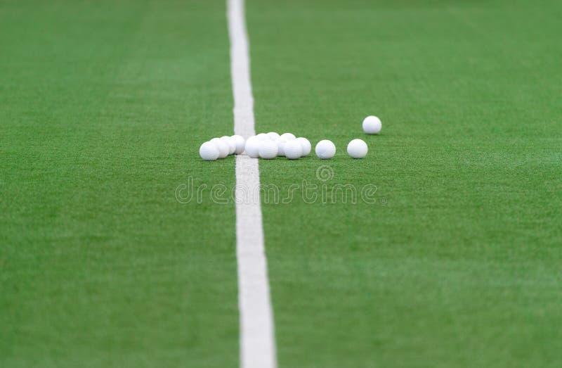 Zielony sztuczny trawa hokeja pole z liniami i piłkami fotografia stock