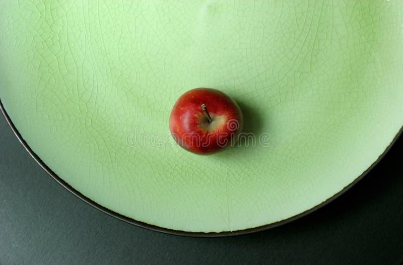 - zielony talerz jabłko fotografia royalty free