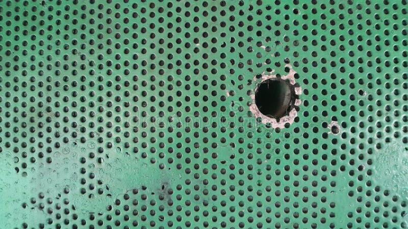 zielony tekstura metal z dziurami Tło z dziurami zdjęcia stock