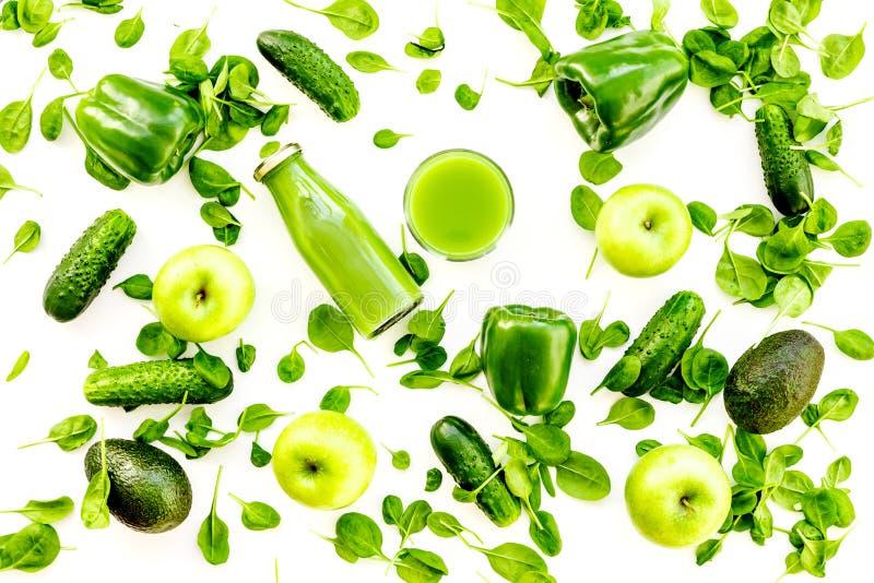Zielony warzywa tło z jarzynowymi smoothies Błyszczący dzwonkowy pieprz, ogórek, arugula sałatka, avocado i świeży, zdjęcia stock
