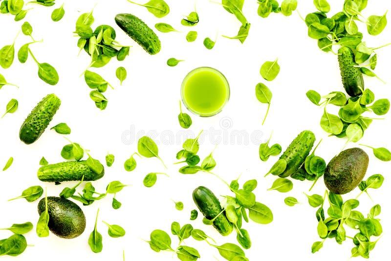 Zielony warzywa tło z jarzynowymi smoothies Błyszczący dzwonkowy pieprz, ogórek, arugula sałatka, avocado na bielu obrazy stock