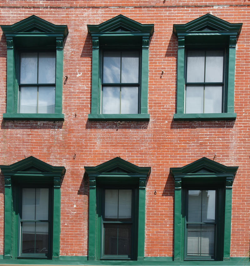 Zielony Windows w Starym ceglanym domu zdjęcia stock
