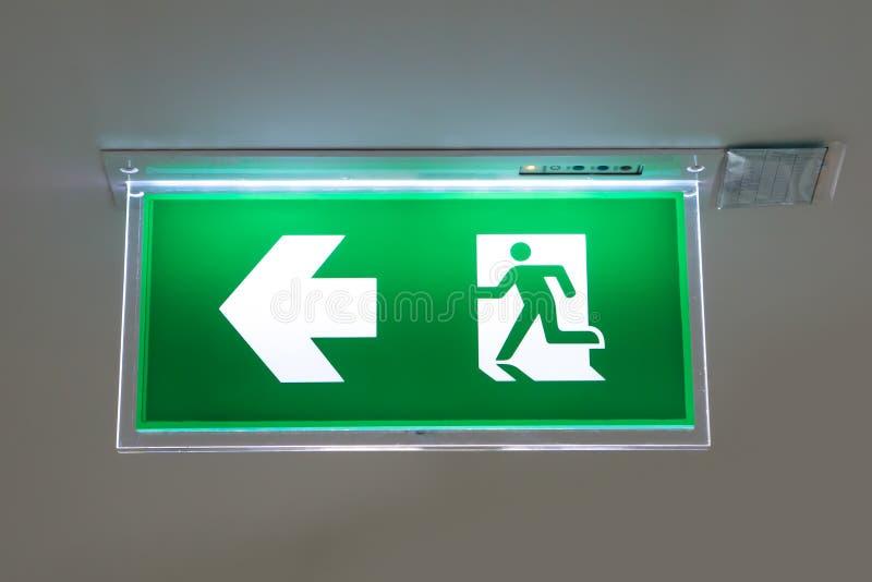 Zielony wyjście ewakuacyjne znak pokazuje sposób uciekać fotografia royalty free