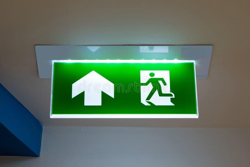 Zielony wyjście ewakuacyjne znak pokazuje sposób uciekać obrazy royalty free