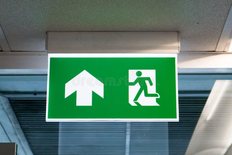 Zielony wyjście ewakuacyjne znak pokazuje sposób uciekać zdjęcia royalty free