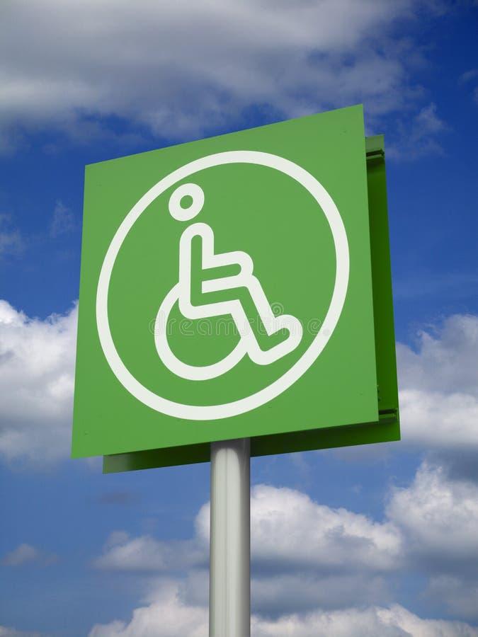 ZIELONY znak NIEPEŁNOSPRAWNA osoba W wózku inwalidzkim zdjęcie royalty free
