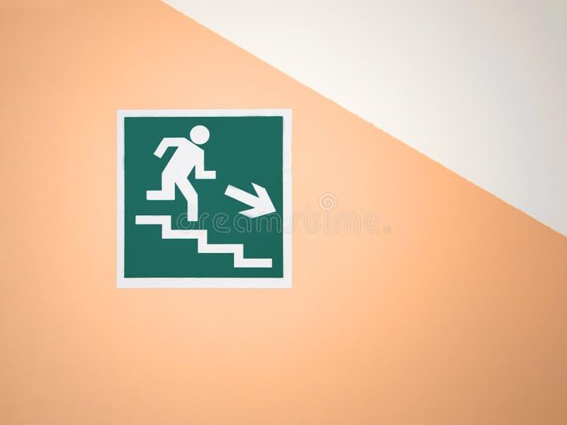 Zielony znaka puszka schody na pustej kolor żółty ścianie obraz stock