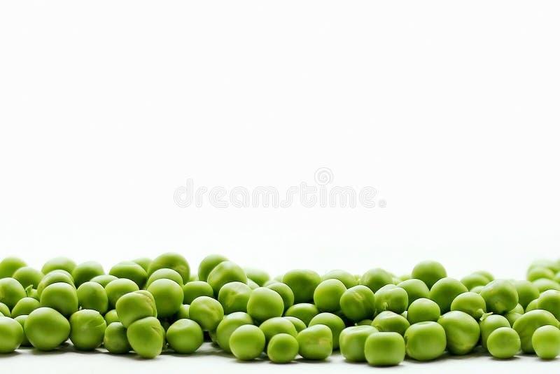 Zielonych grochów granica na białym tle fotografia royalty free