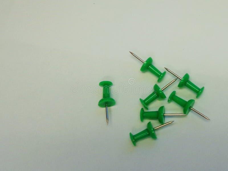 7 Zielonych pchnięć szpilek na Popielatym tle zdjęcie royalty free