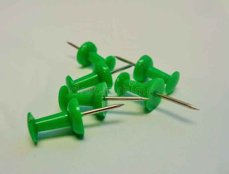 6 Zielonych pchnięć szpilek na Popielatym tle zdjęcia stock
