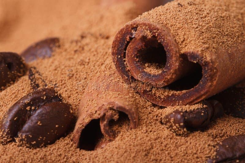 Ziemia i kawowe fasole cynamon i zdjęcia stock
