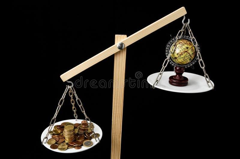 Ziemia i pieniądze na Dwa niecek równowadze royalty ilustracja