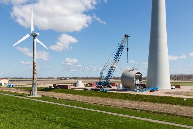 Ziemia uprawna z robot budowlany przy dużym windfarm holandie zdjęcia stock