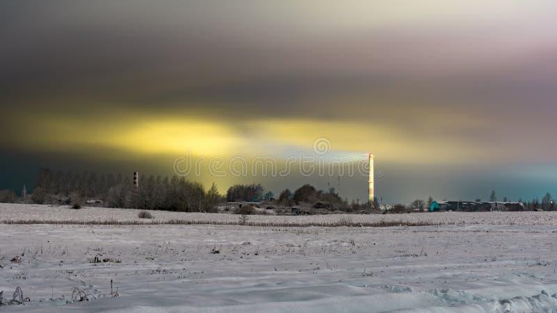Ziemia z suchą trawą i las zakrywamy świeżą śnieżną pokrywą, zimy noc obraz stock