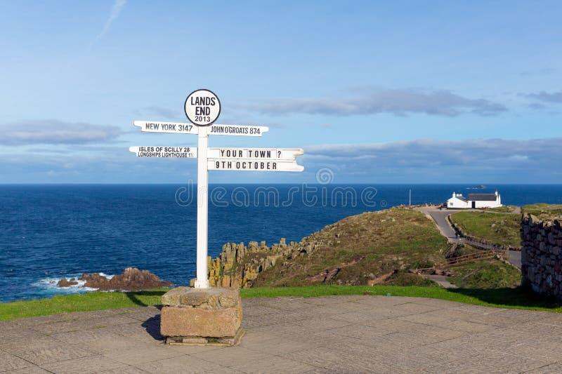 Ziemie Kończą Cornwall Anglia UK kierunkowskazu błękitnego morze i niebo zdjęcie royalty free