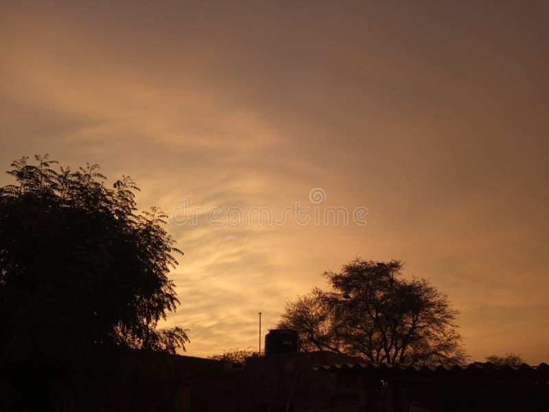 Ziemski natury lookin mąci niebo zdjęcie royalty free