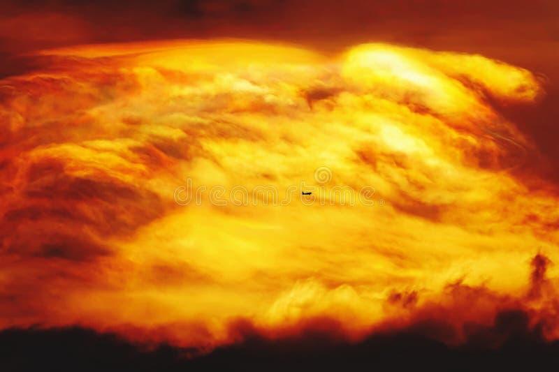 Ziet de oranje hemel van de zonsondergangschemering de mooie purpere aard een vliegtuigachtergrond royalty-vrije stock afbeeldingen