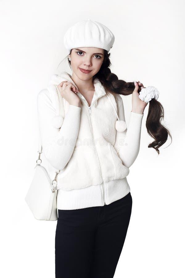 Ziet de witte stijl van de maniertiener eruit Het modieuze jonge meisje draagt bont royalty-vrije stock foto's