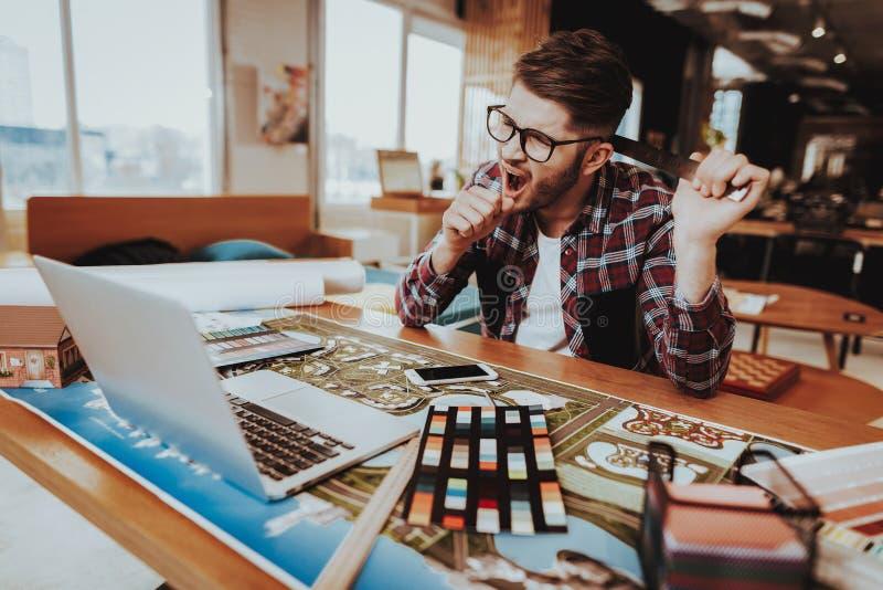 Ziewający projektant grafik komputerowych Trzyma Pomiarowego narzędzie obraz stock