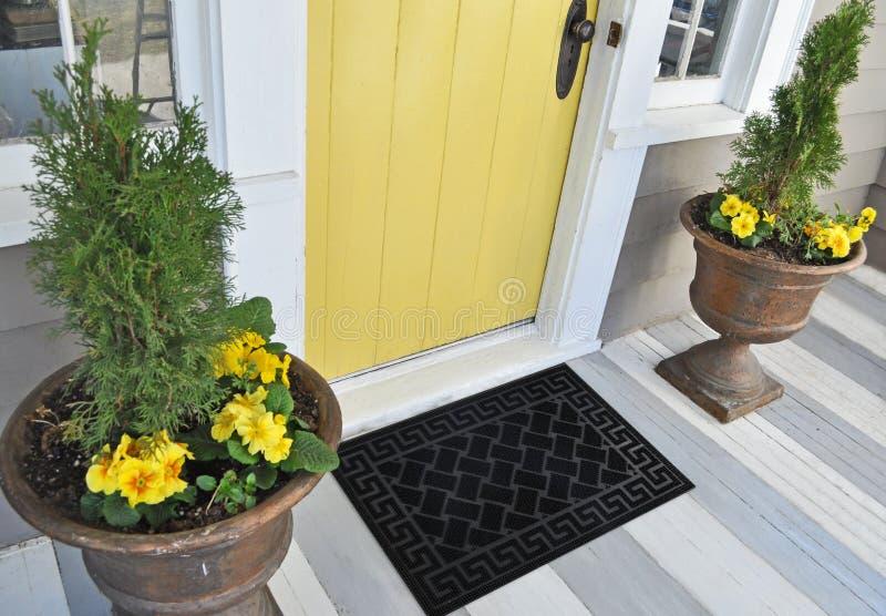 Zig-zag élégant noir modelé avec le tapis de porte d'entrée d'accueil de frontière de motif avec les fleurs et les feuilles jaune photos stock
