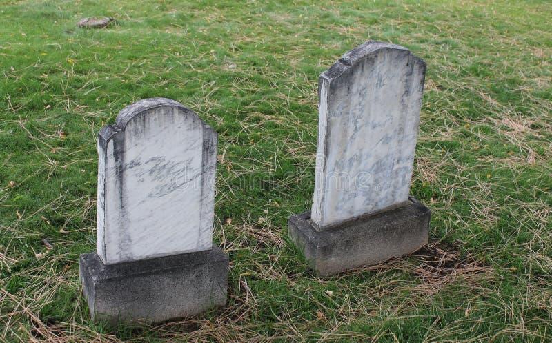 Zig Zag tvilling- marmorgravsten i gammal kyrkogård royaltyfria foton