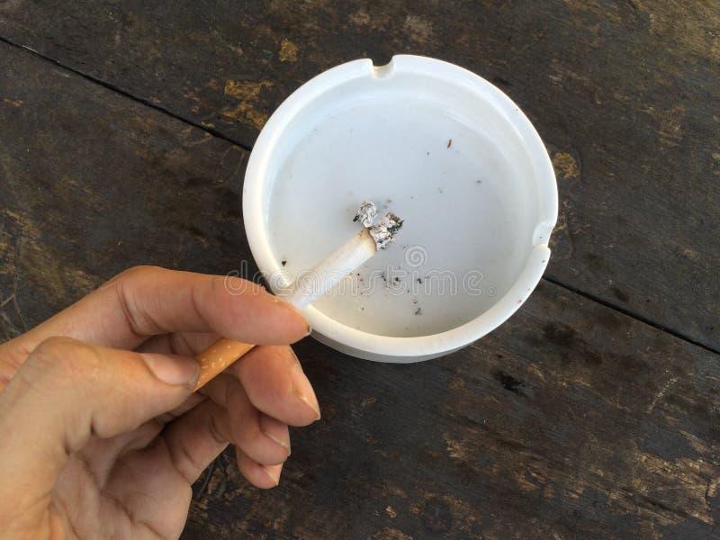 Zigarette auf Aschenbecher lizenzfreie stockfotos