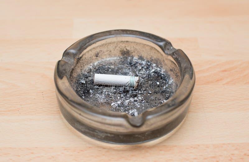 Zigarette in einem Aschenbecher lizenzfreies stockfoto