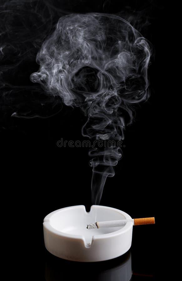 Zigarette in einem Aschenbecher auf Schwarzem stockfoto