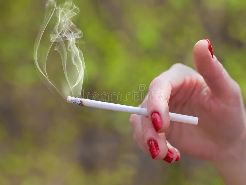 Zigarette ist in der Hand stockbild