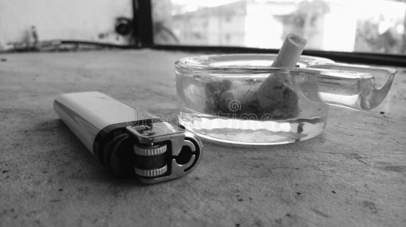 Zigarette und Feuerzeug stockfoto