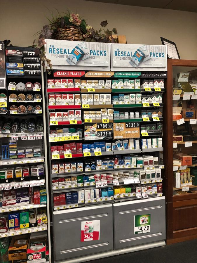 Zigaretten auf Anzeige für Verkauf lizenzfreies stockbild
