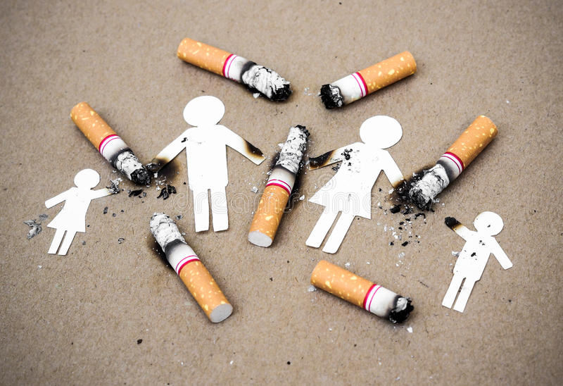 Zigaretten, die Familie zerstören lizenzfreie stockfotos
