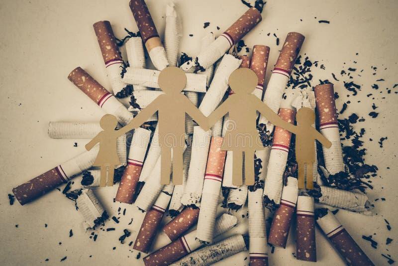Zigaretten, die Familie zerstören stockfotografie